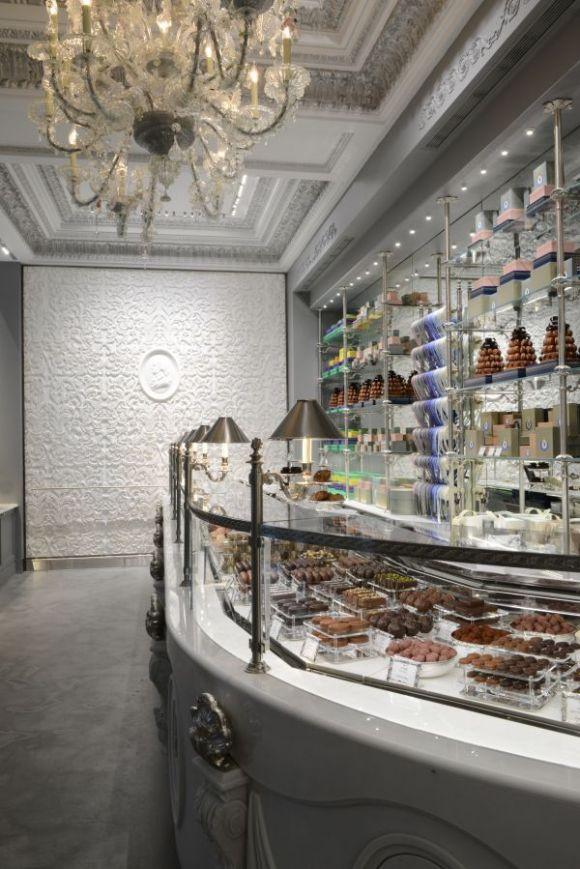 A loja segue no mesmo estilo das demais da rede Ladurée porém a cor da vez é o azul em tons claros. Foto: Reprodução