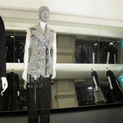 Não há apenas vestidos longos e clássico, a exposição mostra a alta costura parisiense em todas as suas formas, como neste Maison Martin Margiela. Foto: Reprodução
