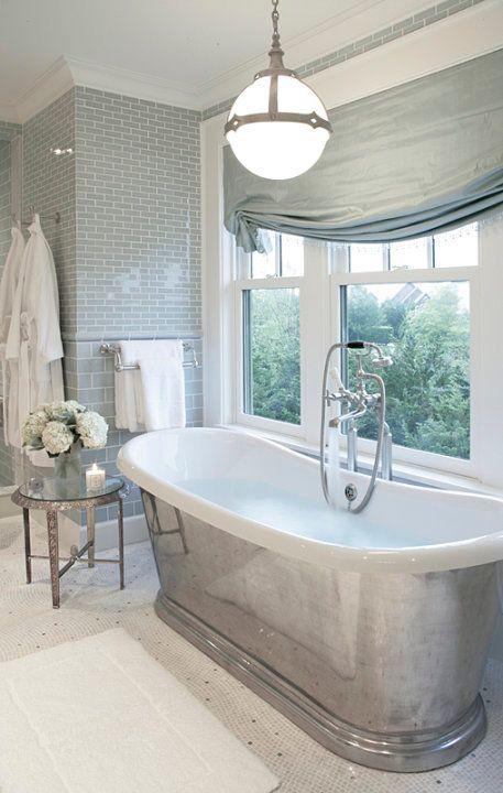 O que amamos? O acabamento da parede, as flores e a linda banheira! Claro que esta vista garantiu muitos pontos!