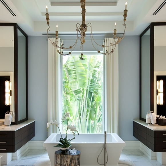 O que amamos? Seu jeito moderno e com alma, o lustre e a banheira integram bem o lado masculino e feminino